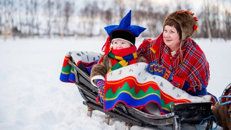 northern-norway-sami-mother-and-child-in-traditional-dress-nn-800x0-c-default